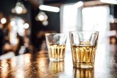 Glazen whisky op de lijst stock fotografie
