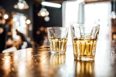 Glazen whisky op de lijst stock foto