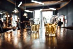 Glazen whisky op de lijst stock foto's