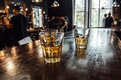 Glazen whisky op de lijst royalty-vrije stock fotografie