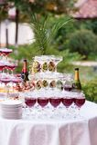 Glazen wijn en champagne Een lijst met smakelijke snack en dranken stock foto's