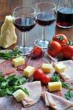 Glazen wijn en snacks Royalty-vrije Stock Fotografie