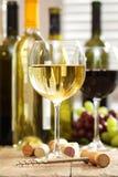 Glazen wijn met flessen Royalty-vrije Stock Afbeelding