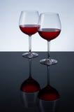 Glazen wijn op een lichte achtergrond Stock Fotografie