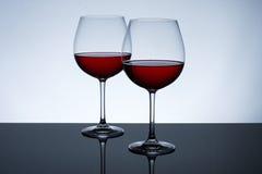 Glazen wijn op een lichte achtergrond Stock Afbeeldingen