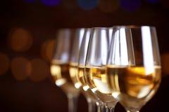 Glazen wijn op een rij Stock Afbeeldingen