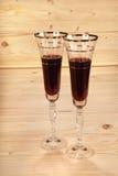 Glazen wijn op houten achtergrond Stock Afbeeldingen