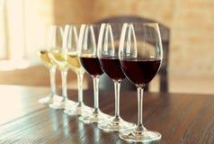 Glazen witte en rode wijnen stock foto's