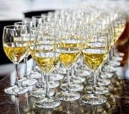 Glazen witte wijn Royalty-vrije Stock Foto's