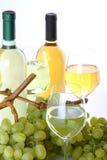 Glazen witte wijn en druiven Royalty-vrije Stock Afbeeldingen
