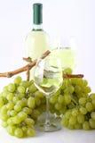 Glazen witte wijn met witte druiven Royalty-vrije Stock Foto