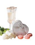 Glazen witte wijn, witte rozen en zilveren geïsoleerde giftdoos Stock Afbeeldingen