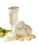 Glazen witte wijn, witte rozen en zilveren geïsoleerde giftdoos Stock Afbeelding