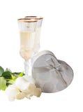 Glazen witte wijn, witte rozen en zilveren giftdoos Royalty-vrije Stock Afbeelding