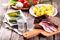 Glazen wodka met traditionele snack stock fotografie