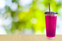Glazen zoete water roze soda met zachte ijsblokjessoda, Stock Foto's