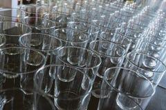 Glazen zonder dranken in bar van een bar stock afbeelding