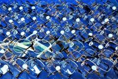 Glazenachtergrond De glazen zijn een gemeenschappelijk optisch die apparaat wordt ontworpen om menselijke visie te verbeteren Gla stock foto
