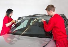 Glazenmaker die windscherm vervangen Stock Fotografie