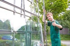 Glazenmakers die ruiten van glas op aanhangwagen laden stock afbeeldingen