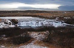 Glazial- Fluss von Island vom blauen Wasser unter Lavafeldern lizenzfreie stockbilder