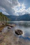 Glazial- schwarzer See umgeben durch den Wald Lizenzfreie Stockfotos