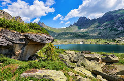 Glazial- See in den sibirischen Bergen stockbild