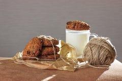 GLB van melk met haverkoekjes en decore Eigengemaakt voedsel Op Zwarte achtergrond met achterlicht stock foto