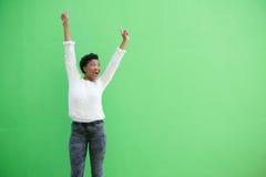 Glückliche Afroamerikanerfrau, die mit den Armen angehoben zujubelt Lizenzfreie Stockfotografie