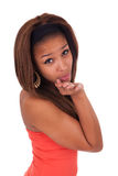 Glückliche afroe-amerikanisch junge Frau getrennt auf dem Weiß, das einen Kuss durchbrennt Lizenzfreie Stockbilder