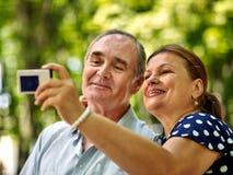 Glückliche alte Paare mit Blume Lizenzfreies Stockfoto