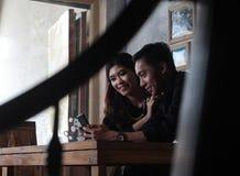 Glückliche asiatische Paare in der Liebe, die Blume hält Stockfotos