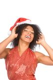 Glückliche aufgeregte ethnische Mrs Klaus im Weihnachtshut Lizenzfreie Stockfotos