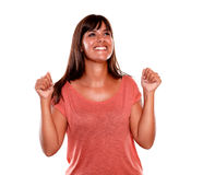 Glückliche aufgeregte junge Frau, die einen Sieg feiert Stockfotos