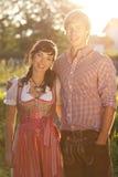 Glückliche bayerische Paare in der Abendsonne Lizenzfreies Stockfoto
