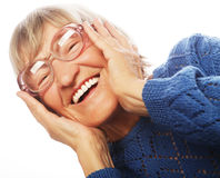 Glückliche überraschte ältere Frau, die Kamera betrachtet Lizenzfreies Stockfoto