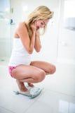 Glückliche Blondine auf Gewichtungsskala Lizenzfreies Stockbild
