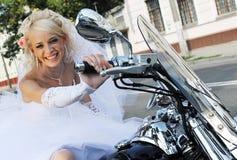 Glückliche Braut auf einem Motorrad Stockfotografie
