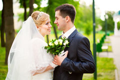 Glückliche Braut und Bräutigam Lizenzfreies Stockbild