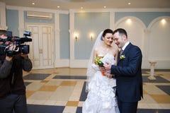 Glückliche Braut und Bräutigam auf ernster Registrierung Stockfotos