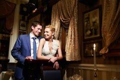 Glückliche Braut und Bräutigam im Weinleseinnenraum Lizenzfreies Stockbild