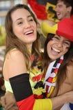 Glückliche deutsche Frauensportfußballfans, die Sieg feiern. Stockbild