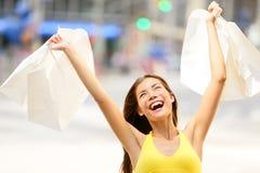 Glückliche Einkaufsfrau im aufgeregten Gewinnen Lizenzfreie Stockbilder