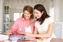 Glückliche erwachsene scrapbooking Mutter und Tochter Stockbilder
