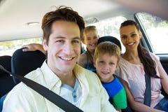 Glückliche Familie auf einer Autoreise Stockfotos