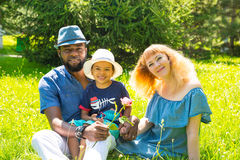 Glückliche Familie des Afroamerikaners: schwarzer Vater, Mutter und Baby auf Natur Verwenden Sie es für ein Kind Lizenzfreie Stockfotografie