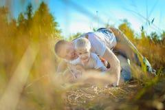 Glückliche Familie, die auf dem Gras liegt Stockfoto