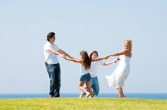 Glückliche Familie, die draußen Spaß lächelt und hat Lizenzfreie Stockfotografie