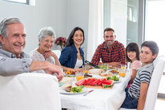 Glückliche Familie, die frühstückt Stockfotos