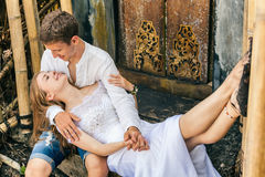 Glückliche Familie, die romantischen Flitterwochenfeiertag auf schwarzem Sandstrand genießt Lizenzfreie Stockfotografie